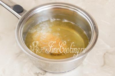 Для того чтобы обжарить куриные наггетсы, нам понадобится приличное количество рафинированного растительного (у меня подсолнечное) масла