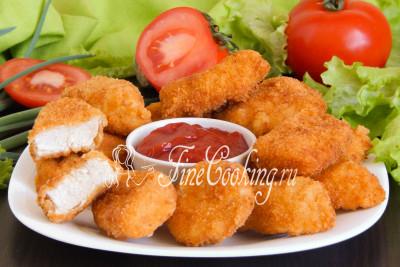 Подаем эту простую, но очень вкусную закуску в горячем виде, хотя лично мне куриные наггетсы нравятся и холодными