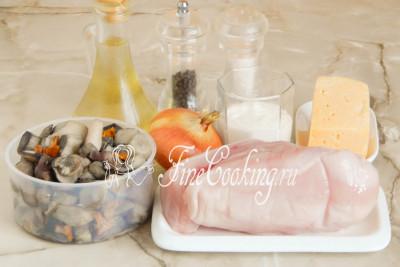 В рецепт куриных отбивных с грибами входят следующие ингредиенты: куриная грудка (у меня 1 штука с одной довольно крупной курицы), отварные лесные грибы, крупная луковица, сыр (типа Российского или Голландского, который хорошо плавится), сметана любой жирности (у меня 20%), рафинированное растительное (я использую подсолнечное) масло, а также соль и черный молотый перец по вкусу