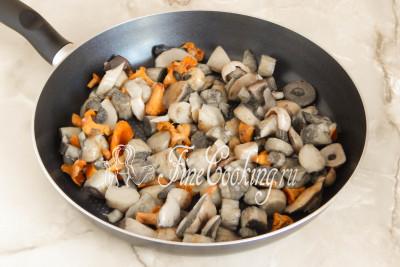 Вначале нужно заняться грибами (у меня микс - боровики, подосиновики, подберезовики, лисички и маслята)