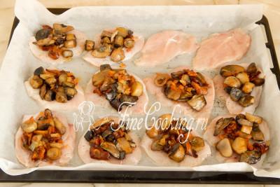 Теперь горкой выкладываем поверх мяса грибы, жаренные с луком