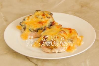 Подаем это простое, но очень вкусное второе блюдо с пылу с жару, когда сыр еще тянется, а грудка - сочная и нежная