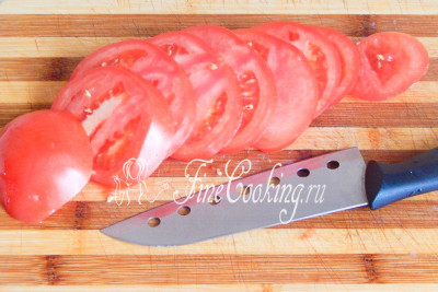 Теперь моем, обсушиваем и нарезаем кругляшами помидор