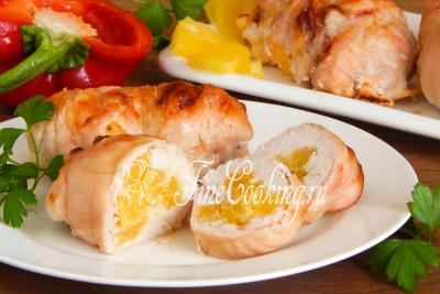 Подаем наши нежные, сочные, ароматные и очень вкусные куриные рулетики с ананасами и сыром в теплом виде со свежими овощами и гарниром на выбор