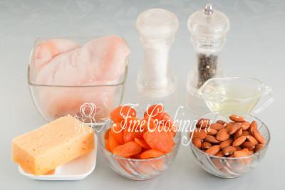 Для приготовления куриного рулета нам понадобятся следующие ингредиенты: куриная грудка (500 граммов - это две половинки одной тушки), курага без косточки, твердый или полутвердый сыр, сладкий миндаль, рафинированное растительное (у меня подсолнечное) масло, соль и молотый черный перец