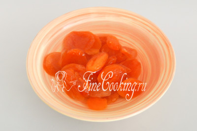 Курагу (150 граммов) распарим - моем сухофрукты, складываем с миску и заливаем кипятком