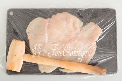 С помощью кухонного молоточка отбиваем грудку как можно тоньше