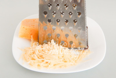100 граммов сыра измельчаем на крупной терке