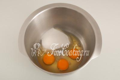 В емкость большого объема разбиваем куриные яйца (3 штуки) и насыпаем 125 граммов сахарного песка