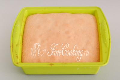 Выпекаем бисквит в заранее прогретой (это важно!) духовке (у меня работает только нижний подогрев) на среднем уровне около 35-40 минут при 180 градусах
