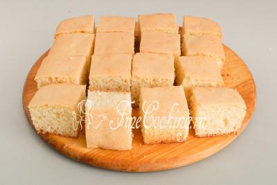 Так как бисквит для пирожных Ламингтон не простой, а заварной с добавлением масла, его не нужно выдерживать в течение нескольких часов