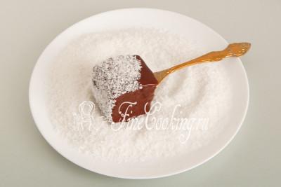 Даем излишкам стечь (чтобы не лилось), после чего обваливаем в кокосовой стружке
