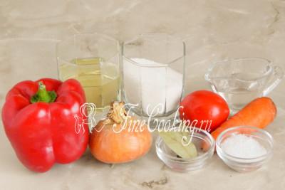 В рецепт этого простого и вкусного лечо на зиму входит сладкий перец, помидоры, репчатый лук, морковь, рафинированное растительное (у меня подсолнечное) масло, столовый 9% уксус, сахар, соль, лавровый лист и душистый перец горошек