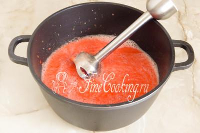 Но мне было лень ее собирать, а потом и мыть, поэтому я просто пробила ломтики помидоров погружным блендером прямо в кастрюле (у меня емкостью 4 литра), в которой будет готовиться лечо на зиму