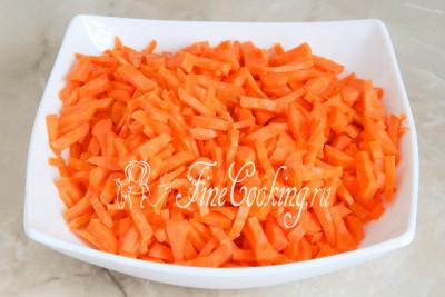 Пока жарится лук, морковку либо измельчаем на крупной терке, либо режем соломкой (тонкими брусочками)