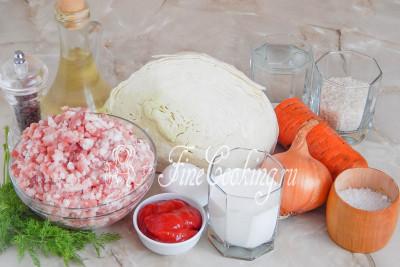 В рецепт вкусных ленивых голубцов входят такие продукты, как: белокочанная капуста, любой мясной фарш, рис (можно взять любой – шлифованный не принципиален), вода, морковь, лук репчатый, одно куриное яйцо, томатный соус (или томатная паста – 3 столовые ложки), сметана любой жирности, масло растительное без запаха, свежий укроп, соль и черный молотый перец по вкусу