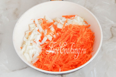 Теперь очищаем морковь и репчатый лук, измельчаем овощи (морковь на крупной терке, лук - мелким кубиком) и поджариваем на растительном масле до мягкости, аромата и румяности