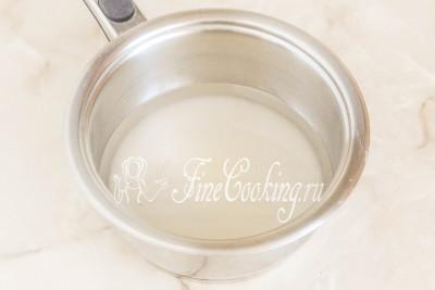 Вначале сделаем сахарный сироп: в сотейник или небольшую кастрюльку насыпаем стакан сахара и наливаем стакан воды