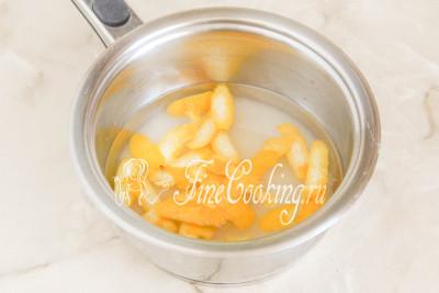 Тем временем лимоны тщательно моем, обдаем кипятком и снимаем цедру (это тонкий желтый слой кожуры без белой прослойки)