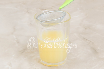 Из очищенных лимоном любым удобным способом выжимаем сок и процеживаем его, чтобы избавиться от косточек (если таковые имеются)