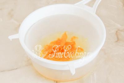 Процеживаем сироп, чтобы убрать лимонную цедру - она отдала свой аромат и больше не нужна