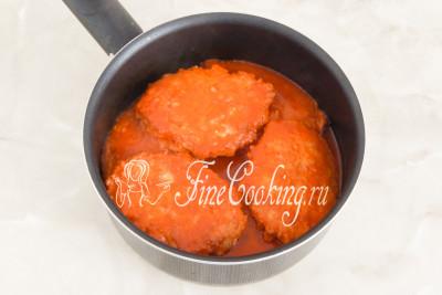 Доводим содержимое посуды до кипения, закрываем кастрюльку крышкой и тушим на огне ниже среднего около 15-20 минут