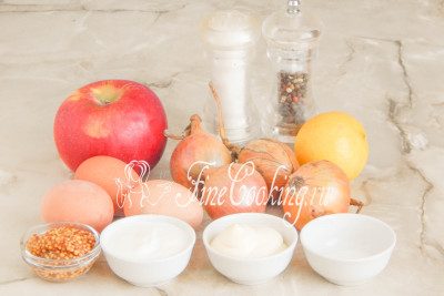 Для приготовления лукового салата возьмем репчатый лук, свежее яблоко, куриные яйца, сметану, майонез, горчицу зернышками, сок лимона, сахар, соль и перец черный молотый