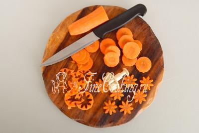 Морковь чистим (50 граммов) и режем тонкими кружочками
