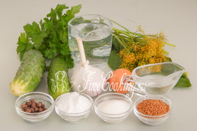 Для приготовления этой овощной заготовки на зиму нам понадобятся следующие ингредиенты: огурцы, репчатый лук, чеснок, вода, листья хрена, зонтики укропа, петрушка, сахар, соль, уксус, душистый перец горошек и зерна горчицы