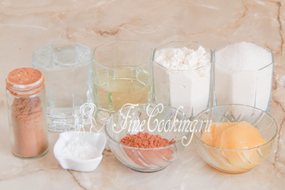 Для приготовления ароматной медовой коврижки в мультиварке возьмем пшеничную муку, воду, рафинированное растительное масло (у меня подсолнечное), сахарный песок, натуральный мед, несладкий какао-порошок, молотую корицу и пищевую соду