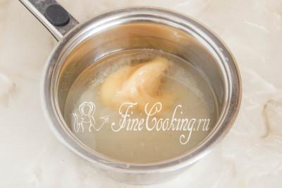 В кастрюльку наливаем холодную воду и доводим ее до кипения