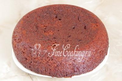Даем пирогу остыть и перекладываем на блюдо