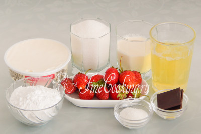 Для приготовления меренгового рулета нам понадобятся следующие ингредиенты: яичные белки, сахарный песок, сахарная пудра и ванильный сахар, жирные сливки, сливочный сыр, свежая клубника и немного шоколада (молочный или горький - какой больше нравится)