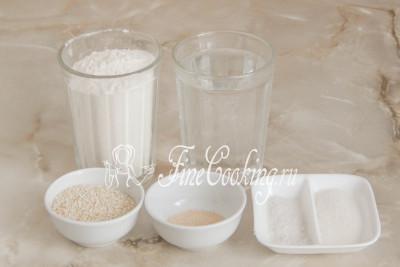 Подготовим продукты для приготовления домашних мини-багетов: воду, муку пшеничную высшего сорта, сахар, соль, дрожжи быстродействующие и белый (а хотите, черный или их смесь) кунжут