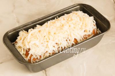 Остается щедро посыпать мясную заготовку измельченным на крупной терке сыром и поставить форму с предварительно прогретую до 190 градусов духовку