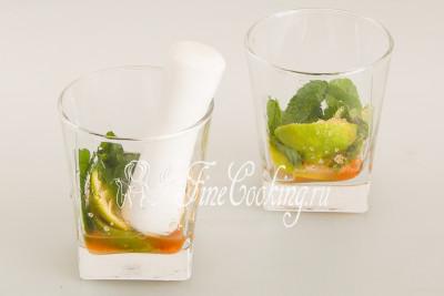 С помощью пестика (для ступки) тщательно разомните содержимое стаканов, пока сахар не растворится, лайм не отдаст сок, а листики мяты - свой аромат