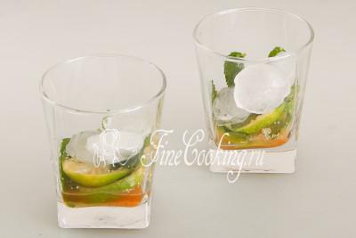 Добавьте кубики льда (я кладу по 3 кусочка на стакан) - можно кубики, можно дробленый