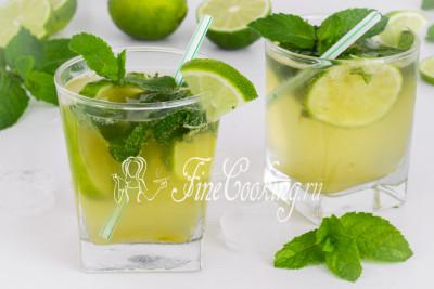 Для красоты при подаче декорируйте стаканы с коктейлем Мохито ломтиками лайма и листочками свежей мяты