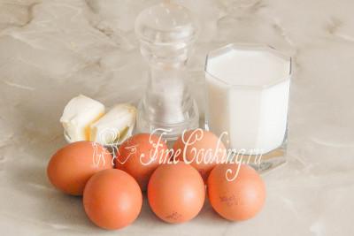 Готовим омлет в мультиварке из таких ингредиентов, как: куриные яйца, молоко, сливочное масло и соль