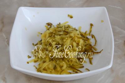 Шаг 2. Берем подходящую посуду и измельчаем в нее маринованные огурцы на крупной терке