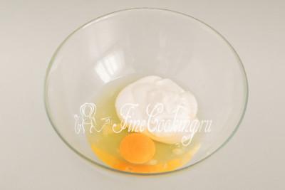 К двум белкам и одному желтку добавляем 100 граммов сметаны (комнатной температуры) и четверть чайной ложки соли (желательно мелкого помола)