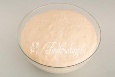 Вот так выглядит дрожжевое тесто после повторного подъема - оно увеличилось раза в 3 точно
