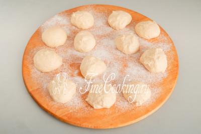 Обминаем тесто и делим на 12 кусочков одинакового размера, подкатываем в шарики
