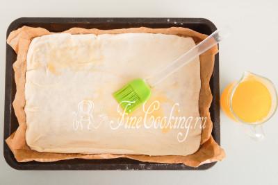 Смазываем тесто растопленным маслом