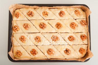 Для украшения используем красивые половинки грецкого ореха, которые нужно с небольшим усилием вдавить в тесто