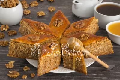 Перекладываем ромбики медовой пахлавы на красивое блюдо, завариваем чай: пора звать родных и друзей за стол