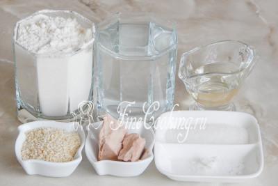Чтобы приготовить хлебные палочки гриссини, возьмем пшеничную муку, воду, свежие дрожжи (можно заменить сухими - 5 граммов), растительное масло, соль, сахар и кунжут (у меня был только белый)