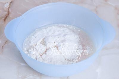 Просеиваем в большую миску пшеничную муку, добавляем соль и дрожжи