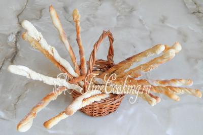 Из такого количества продуктов получается очень приличное количество вкуснейших хрустящих хлебных палочек