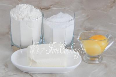Итак, первым делом подготовим продукты для приготовления песочного теста: пшеничную муку, мягкое сливочное масло, два куриных желтка и сахарную пудру